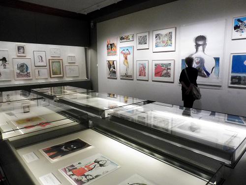 zaaloverzicht expositie met linksonder een vitrine met DAT-tekeningen